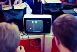 Genealogia dels artefactes. Dos joves juguen al joc de Pong, un dels primers videojocs comercials